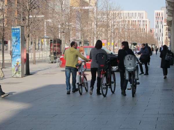 El Observatorio de la Bicicleta pide que las bicis bajen a la calzada y recuperar la acera para los peatones