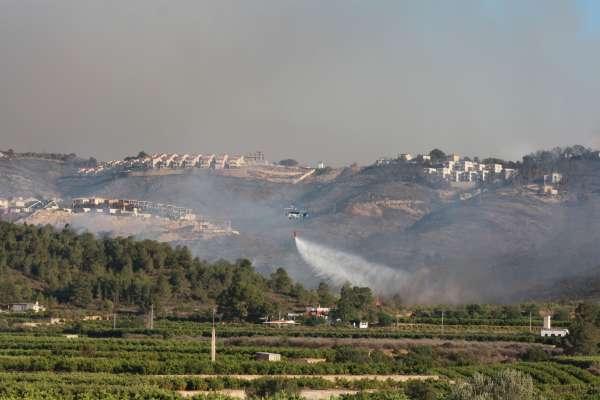 Bomberos permanecen refrescando el terreno afectado por el incendio forestal de Torrent