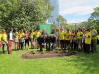 Escolares, alcalde de Bilbao y delegado de la ONCE en Euskadi plantan la 'Flor de la Ilusión' en el Parque Doña Casilda