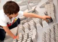 Miquel Navarro instala en el IVAM una creación artística y educativa que pone la ciudad en manos de los niños
