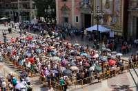 Unas 13.000 personas pasan ante la imagen de la Mare de Déu en las primeras cinco horas de 'Besamanos'