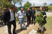 La ministra y Diego apadrinan los dos primeros limoneros del parque público 'Los Pelambres'