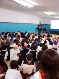 El Cabildo de Tenerife acerca la artesanía a alumnos de Primaria con talleres de marroquinería y muñequería