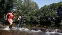 Navaluenga (Ávila) celebra de nuevo la prueba 'Tri Cross' con las piscinas naturales del río Alberche como circuito