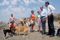Los alcaldes de Málaga y el Rincón de la Victoria visitan la nueva playa canina que comparten ambos municipios
