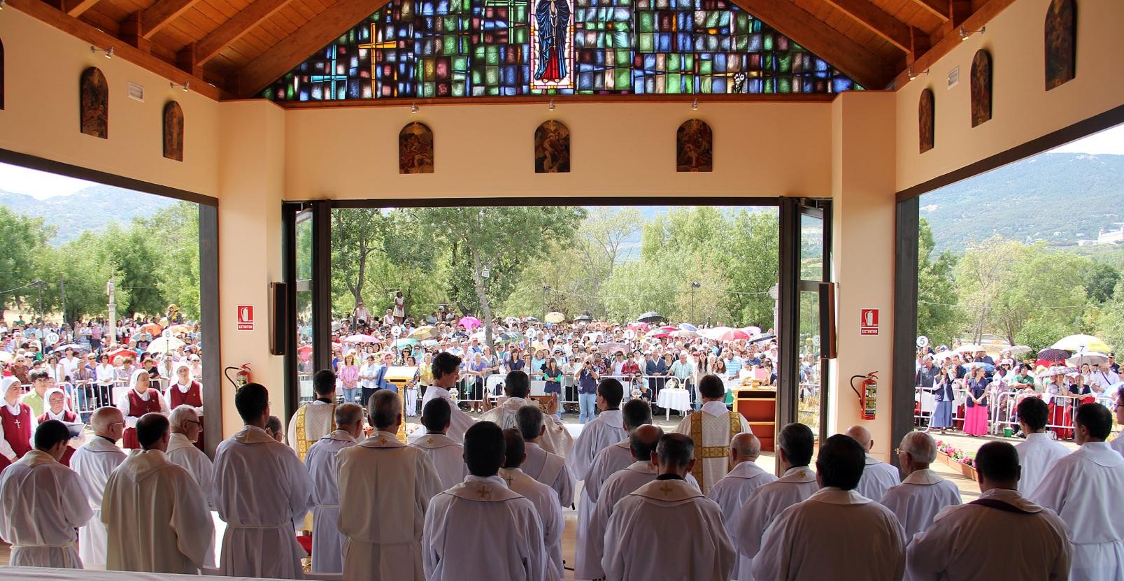 Una de las misas que se dan en la capilla construida en la finca Prado Nuevo de El Escorial, construida en homenaje a la vidente de El Escorial.