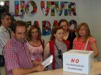 La Junta de Personal del Hospital de Laredo entrega 25.000 firmas contra la centralización de servicios