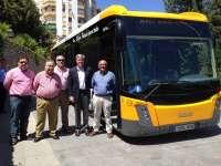 El alcalde presenta un nuevo autobús urbano y critica al PSOE por