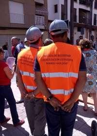 Una brigada de vigilancia facilita el acceso en el barrio de San José en Lorca durante las obras de renovación