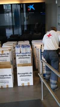 La Obra Social 'La Caixa' dona 2.000 kilos de alimentos y 3.000 euros para niños en riesgo de exclusión
