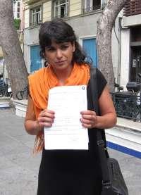 Rodríguez (Podemos) escenifica el cumplimiento de una promesa electoral donando el