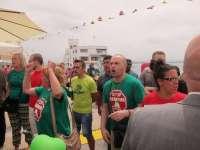 Un grupo antidesahucio protesta en la inauguración de la Feria de Día