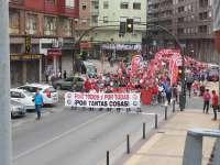 Miles de personas participan en la manifestación de Torrelavega