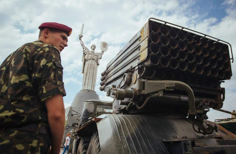 Un soldado ucraniano custodia equipo militar incautado a militantes prorrusos
