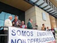 Emigrantes retornados entregan a Pastor una carta para Montoro con sus demandas sobre la regularización de las pensiones