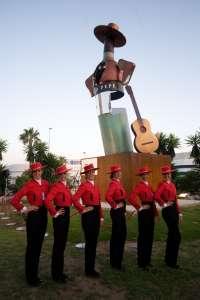 La rotonda Tío Pepe luce ya en Jerez con el monumento diseñado por el escultor Chiqui Díaz
