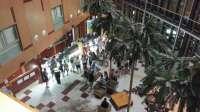 Decenas de usuarios de un hotel de Roquetas se concentran y reclaman ante la falta de servicios y comida