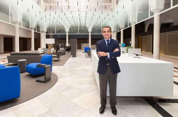 CaixaBank inaugura en la calle Sierpes un nuevo concepto de oficina que fomenta la proximidad con los clientes