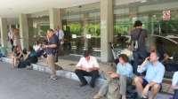 Los padres del niño británico llegan al hospital de Málaga para verlo aunque no tengan la tutela