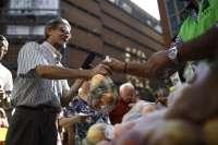 Agricultores reparten 10.000 kilos de fruta en Madrid y exigen un plan de choque al bloqueo de Rusia