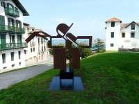 Inaugurada la escultura Zinbaue de Nestor Basterretxea en Arma Plaza de Hondarribia