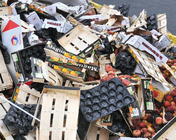 <p>Fruta y verdura tiradas en la carretera por una huelga de transportes.</p>