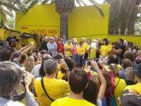 La ANC y Òmnium pintan de amarillo Poblenou del Delta en defensa del 9N