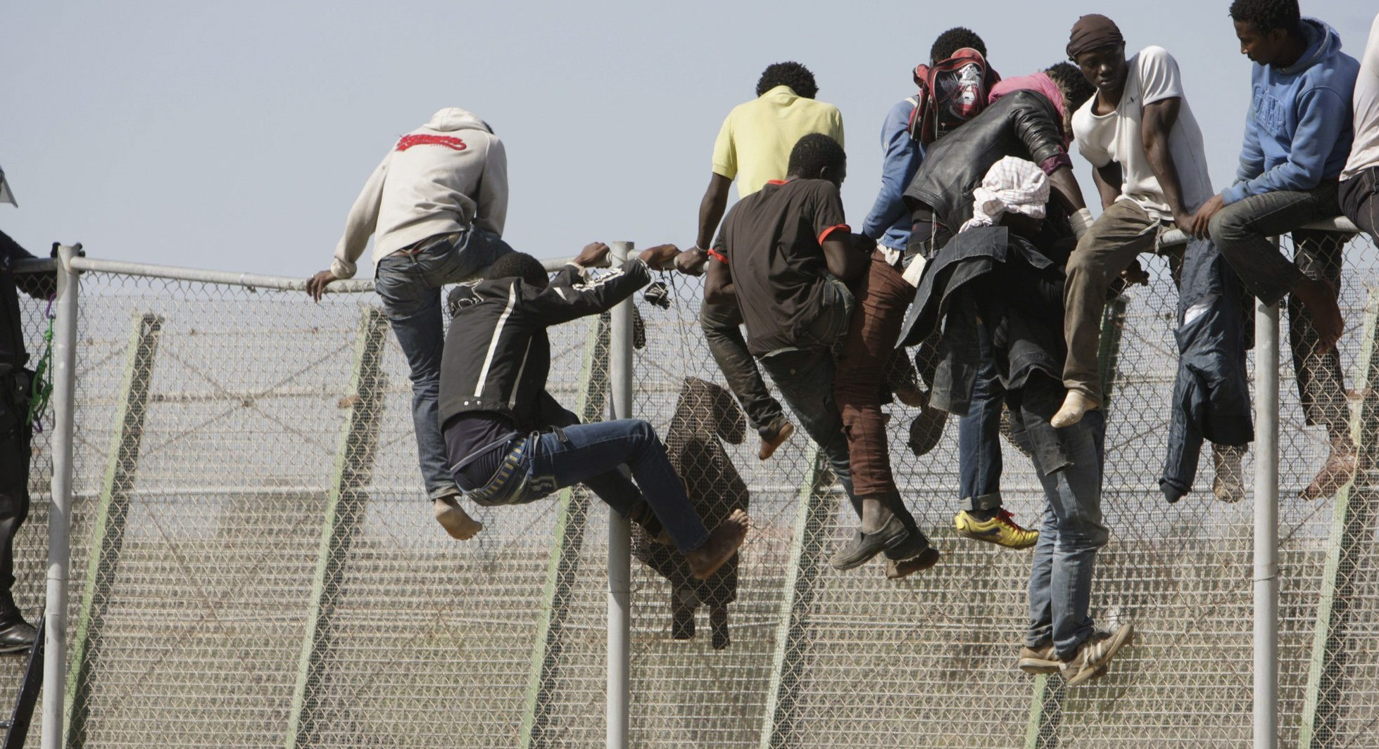 Inmigrantes subidos a la valla de Melilla en uno de los últimos saltos masivos de finales de octubre.
