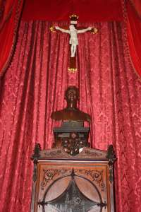 El Ayuntamiento de Palma instala el nuevo busto del Rey Felipe VI en el Salón de Plenos