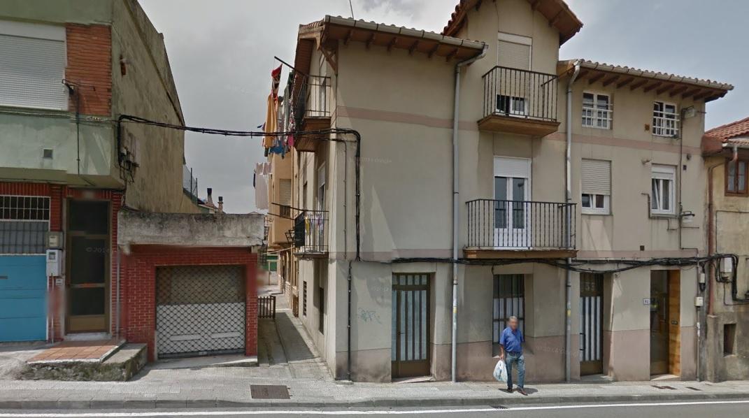 En el centro de la imagen, el callejón que da a la casa de Nacho y Gladys, los tíos que acogieron al pederasta de Ciudad Lineal en Santander.