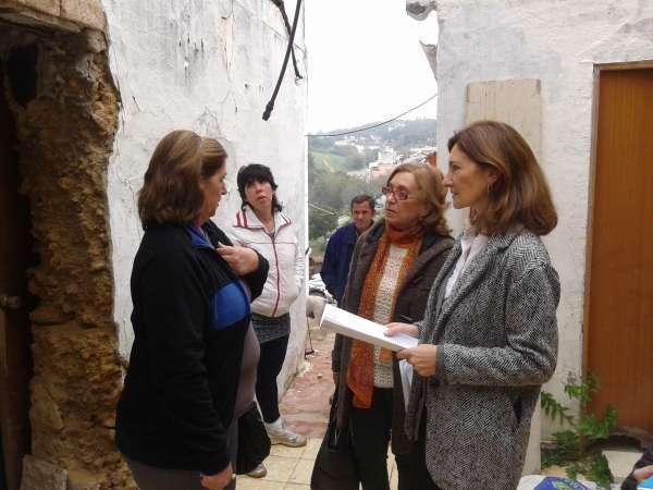 PP de Alcalá de Guadaíra y la parlamentaria, Alicia Martínez visitan viviendas afectadas en el Castillo