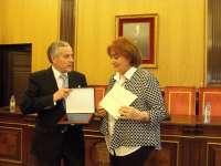 El Ayuntamiento de León reconoce la labor de una voluntaria del Teléfono de la esperanza y de la asociación Alpes