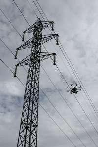 El zumbido de los drones resuena en Galicia con usos desde la topografía hasta la fumigación y el control de vertidos