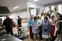 El delegado del Distrito Triana visita el comedor de San Vicente Paúl junto al Club Baloncesto Sevilla