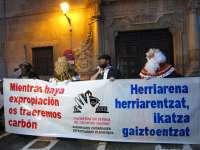La Plataforma en Defensa del Patrimonio Navarro entrega carbón al Arzobispado por las inmatriculaciones de bienes