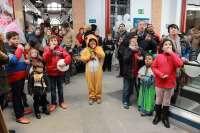 El Mercado de Abastos de Alcalá de Guadaíra adelanta las campanadas de Fin de Año con una fiesta infantil