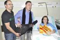 La firma andorrana 'La Manolica' entrega un jamón de Teruel a los padres de la primera aragonesa del año