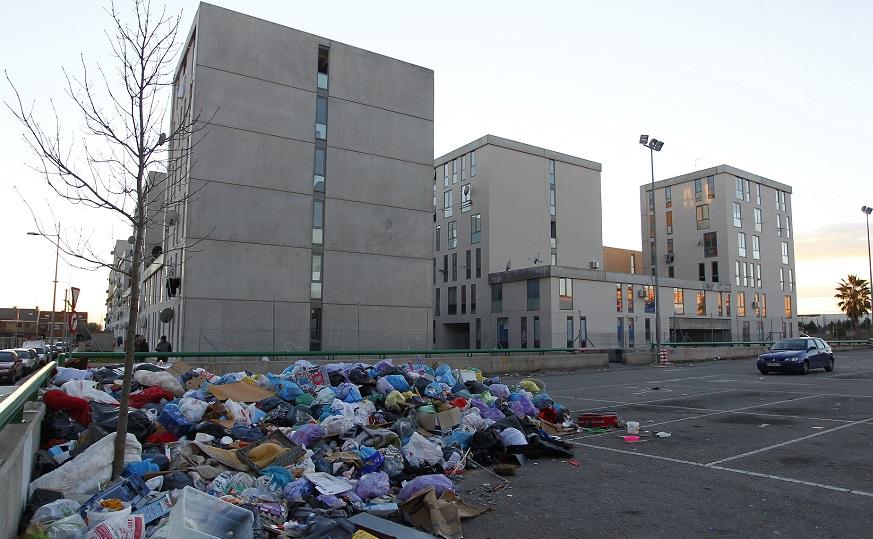 La basura se acumula en una de las esquinas del edificio de Unifo en la calle Toledo de Parla.