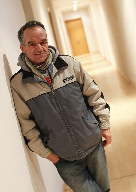 Ángel Burgillo, enfermo, vive en un piso de un dormitorio con su mujer y su cuñada, ambas muy enfermas.