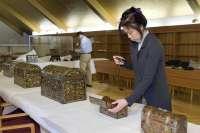 Especialistas japoneses en arte Namban analizan las trece piezas lacadas que existen en Navarra