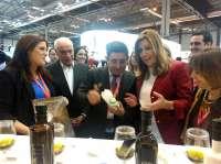 Díaz visita el estand de Jaén, que protagonizan los paisajes del olivar y la Catedral