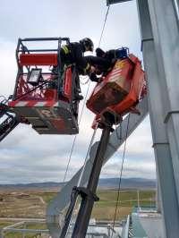 Rescatado ileso a 25 metros de altura un operario que realizaba trabajos en un secadero de grano en Beire