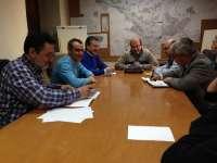 El Ayuntamiento ratifica en una reunión con la Junta su acuerdo de cesión de espacio para el colegio 'Almadén'