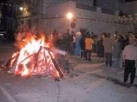 Una quincena de candelas arderán en la noche del sábado en las calles de Lora del Río y sus pedanías