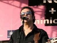El músico y poeta Ángel Petisme, en concierto en el Centro Las Armas