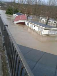 El desbordamiento del Ebro en Frías (Burgos) mantiene a personas atrapadas en sus viviendas