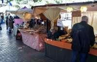 Más de 50 puestos del Mercado Napoleónico visten de época la Plaza de Los Sitios
