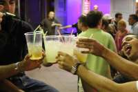 Preste a la llei que prohíbe la venta y consumu d'alcohol a menores de 18 años