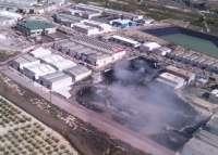 Continúan las labores de extinción del incendio en la planta de reciclaje de neumáticos en Ceutí