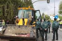 La Guardia Civil impide al Ayuntamiento de Espartinas retirar el semáforo del cruce de Roalcao